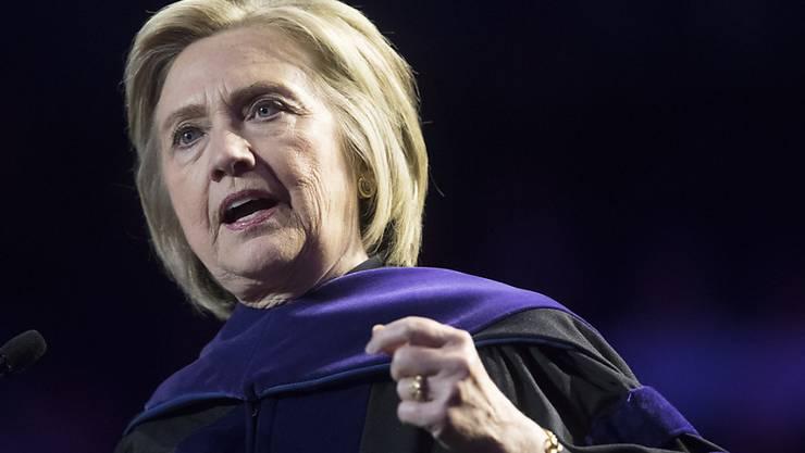 Die frühere US-Aussenministerin Hillary Clinton hat sich offiziell hinter Joe Biden als Kandidaten der Demokraten für das Amt des Präsidenten der USA gestellt. In diesen Zeiten brauche das Land einen Anführer und Präsidenten wie Biden.