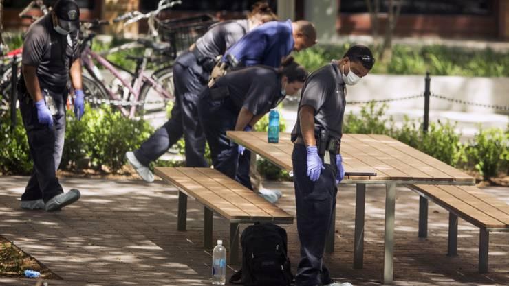 Auf dem Campus der Universität in Austin untersuchen Ermittler den Tatort nach einer tödlichen Messerstecherei.