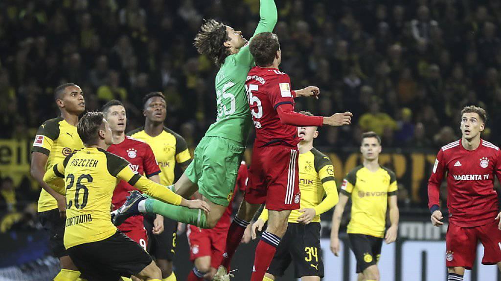 Schweizer Keeper Marwin Hitz (in grün) gab ausgerechnet im Spitzenspiel gegen Bayern München sein Bundesliga-Debüt für Borussia Dortmund