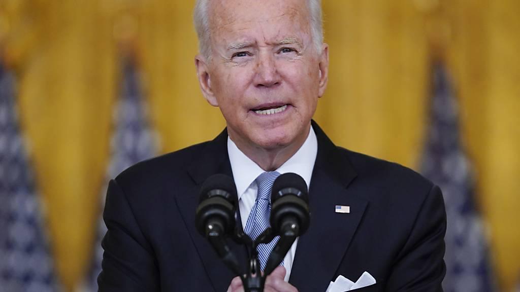 US-Präsident Joe Biden spricht im Weißen Haus über die Situation in Afghanistan. Trotz der faktischen Machtübernahme der Taliban in Afghanistan hat Biden seinen Entschluss zum Abzug der US-Truppen aus dem Land verteidigt. «Ich stehe voll und ganz hinter meiner Entscheidung», sagte Biden am Montag. Foto: Evan Vucci/AP/dpa
