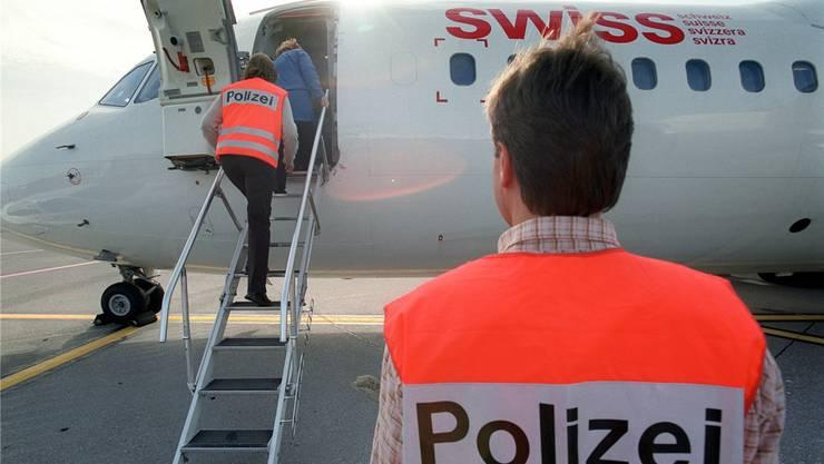 Laut dem Regierungsrat hielten sich Ende Juli insgesamt 257 ausreisepflichtige Asylbewerber im Aargau auf. Bei nicht weniger als 235 davon war der Vollzug, also die tatsächliche Ausschaffung, jedoch blockiert. (Symbolbild)