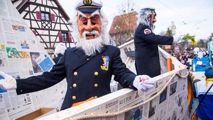 Die Gränzwaggis verarbeiteten viele alte bz-Ausgaben zu einem Zeitungsschiff.