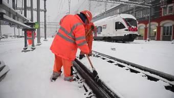 Starke Schneefälle haben am Montagnachmittag auf der Alpensüdseite für prekäre Verhältnisse im Bahn- und Strassenverkehr gesorgt. In der Westschweiz normalisierte sich die Lage wieder. In den Alpentälern sorgte derweil ein Föhnsturm für milde Temperaturen.