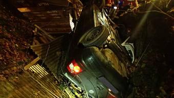 Aus diesem Wrack entstiegen vier Personen nach einem Unfall vom Donnerstag in Reitnau AG praktisch unverletzt.