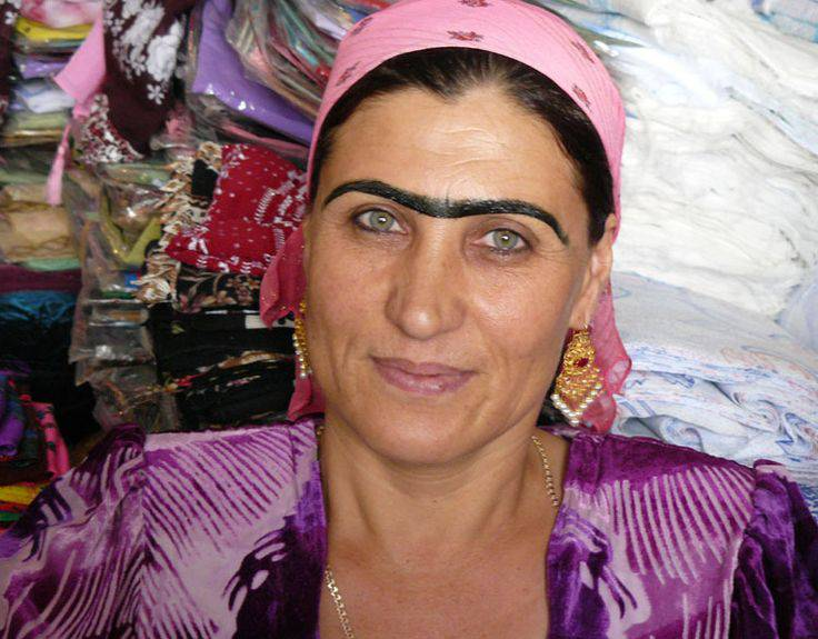 Eine tadschikische Frau mit nachgezogener Monobraue. (pinterest.com)