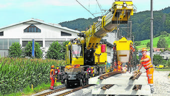 Der neue Kran hat bereits fast alle Gleisjoche verlegt. In gut zwei Wochen kann die WSB nördlich von Reinach wieder durchfahren.