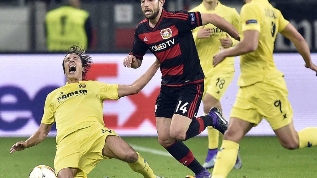 Leverkusens Admir Mehmedi allein gegen drei Spanier von Villarreal