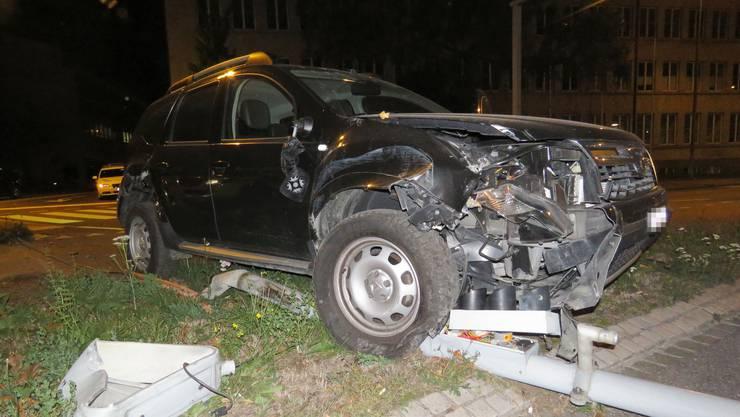 Ein alkoholisierter Dacia-Fahrer kollidiert kurz vor dem Kreuzplatz mit einem Kandelaber. Er kam vom Bahnhof Aarau her.