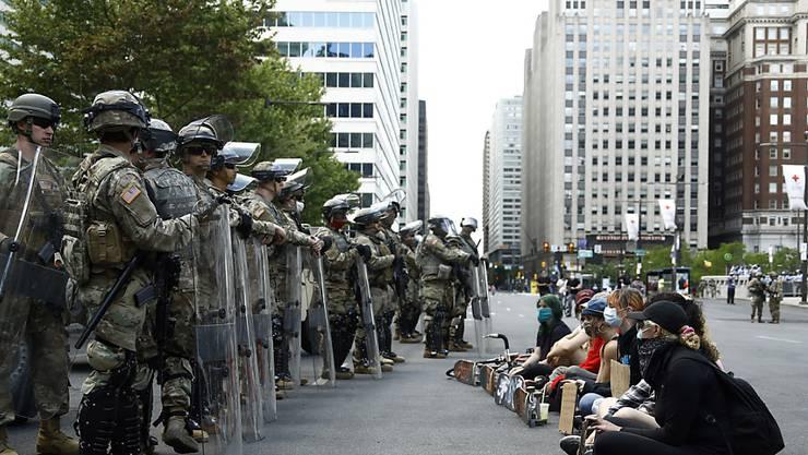In den USA haben am Montag - wie etwa in Philadelphia - erneut zahlreiche Menschen gegen Rassendiskriminierung sowie Polizeiwillkür demonstriert.