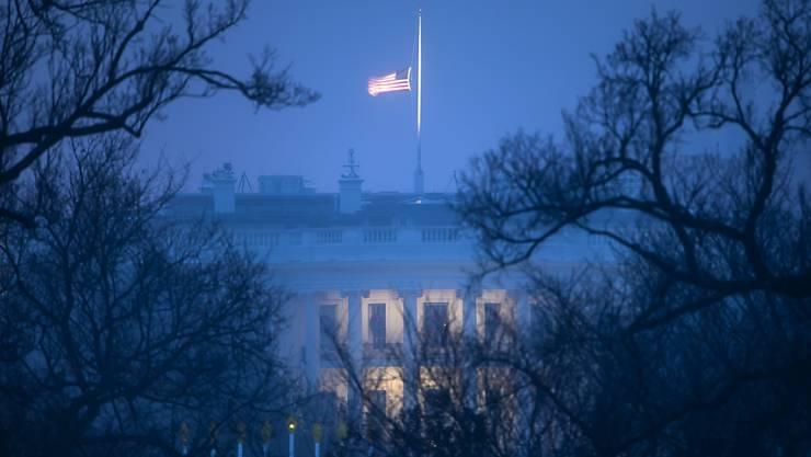 Der Leichnam des verstorbenen US-Präsident George H.W. Bush soll als besondere Ehre mit der Präsidentenmaschine nach Washington gebracht werden.