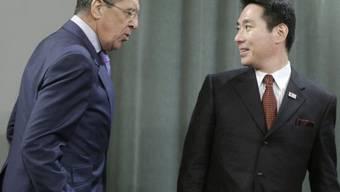 Verbaler Schlagabtausch im Moskau: Die Aussenminister Sergej Lawrow und Seiji Maehara