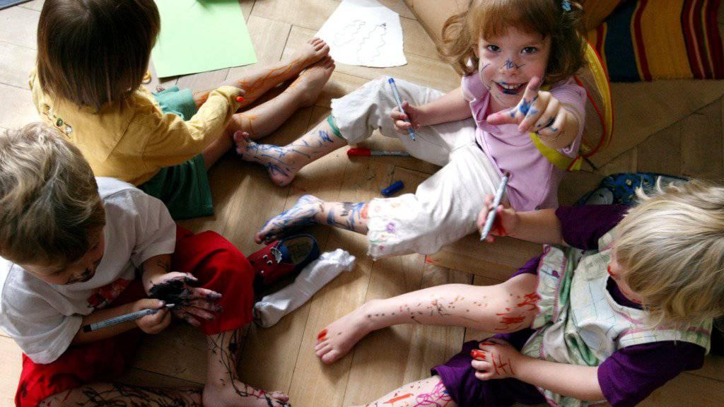 Die Rechtskommission des Nationalrates will festlegen, was unter «Kindeswohl» zu verstehen ist. Das hat sie bei der Beratung der Kindesschutzvorlage beschlossen. (Symbolbild)