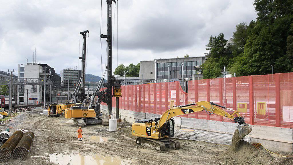 Bauarbeiter auf einer der Baustellen für den Ausbau des Bahnhofs Bern. Das Grossprojekt unter laufendem Betrieb gleicht einer Operation am offenen Herzen.