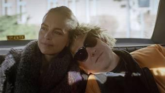 Untrennbar: Schwesterlein und Brüderlein, gespielt von Nina Hoss und Lars Eidinger, auf dem Weg vom Berliner Spital nach Hause.