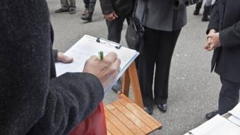 Das Sammeln von Unterschriften ist wegen der Corona-Krise nicht möglich. Deshalb verfügte die Regierung nun einen Fristenstillstand für kantonale Vorlagen. (Symbolbild)