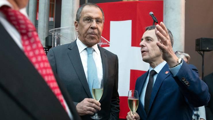 Der russische Aussenminister Sergei Lawrow (links) und sein Schweizer Kollege Ignazio Cassis trafen sich am 18. Juni bei der Eröffnung der neuen Schweizer Botschaft in Moskau. Finanziert wurden die Feierlichkeiten grösstenteils von privaten Geldgebern.