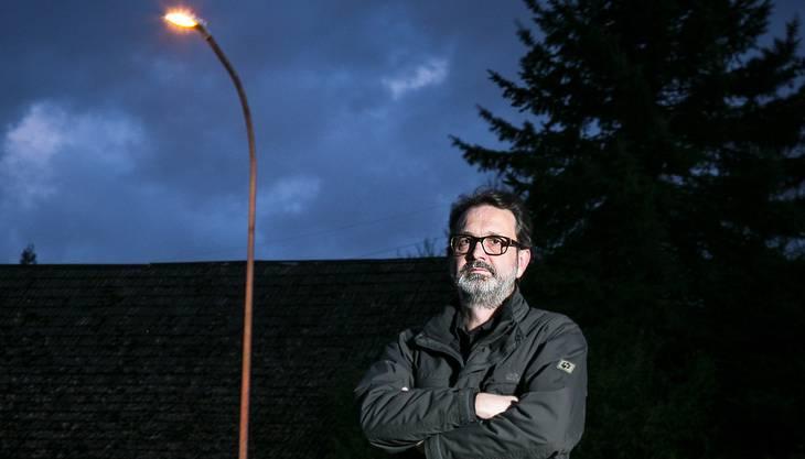 Der Scherzer Roland Bodenmann steht vor der speziellen Strassenlampe.