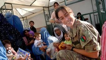Einsatz für den Frieden: Eine italienische Soldatin verteilt im afghanischen Herat Kindern, die auf eine medizinische Behandlung warten, Spielzeug.  Laura Lezza/Getty Images