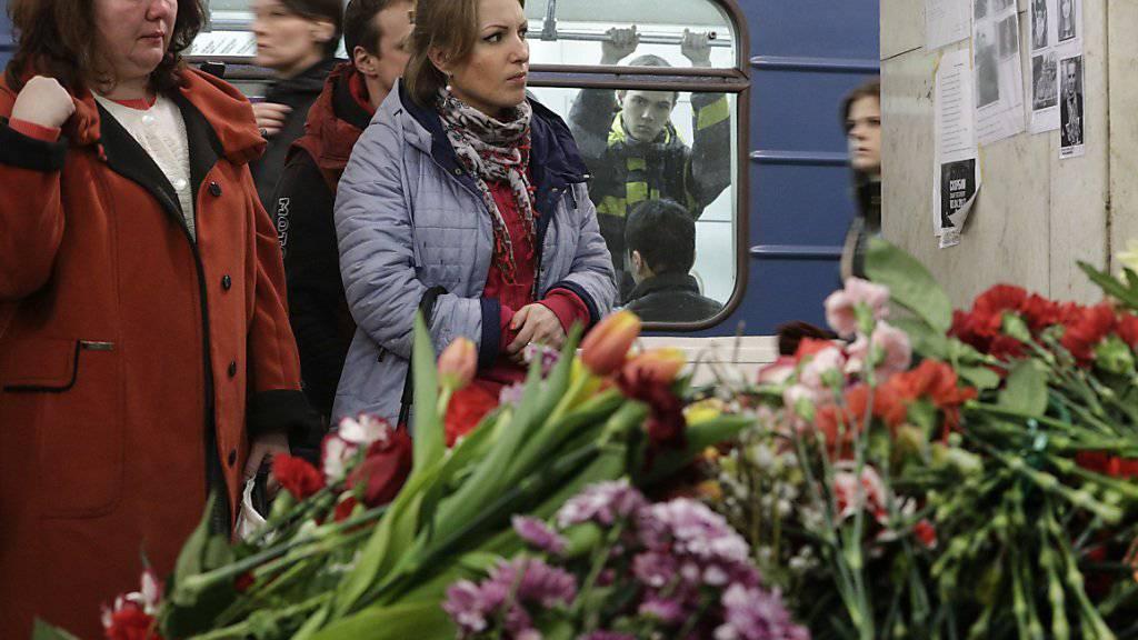 Frauen gedenken der Opfer des Terroranschlags in St. Petersburg. Der Drahtzieher der Anschläge hat seine Schuld nun eingestanden. (Archiv)