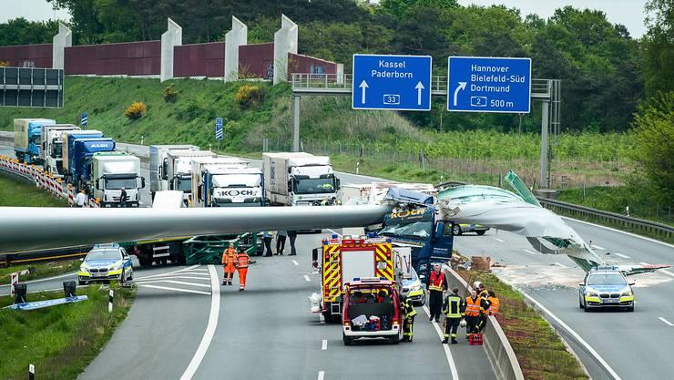 Ein Lastwagen hat auf der deutschen Autobahn bei Bielefeld einen Windradflügel verloren.