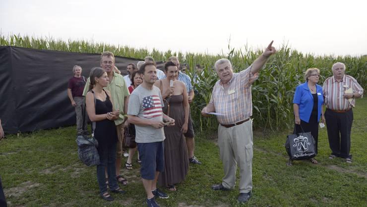 1 Nach dem Marsch durch ein Maisfeld zur Tribüne hilft ein Platzanweiser