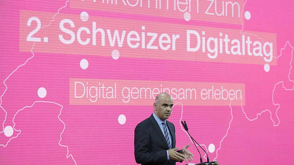 Bundespräsident Alain Berset spricht im Zürcher Hauptbahnhof über die Chancen und Risiken der Digitalisierung anlässlich des schweizweiten Digitaltags.