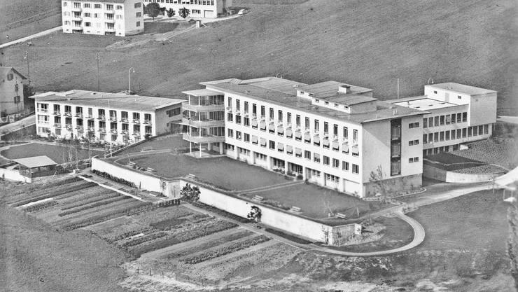 Das 1953 eröffnete Spital mit Hauptgebäude (rechts) und Schwesternhaus in einer Ansicht aus südöstlicher Richtung.