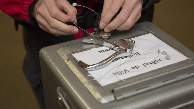 Versiegelte Abstimmungsurne im Rathaus von Moutier. (Archivbild)