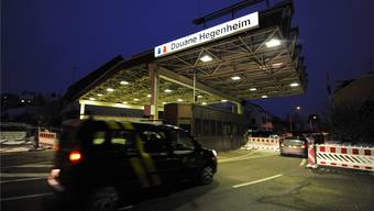 Elsässer Grenzgänger fahren über die Hegenheimer Grenze nach Frankreich.