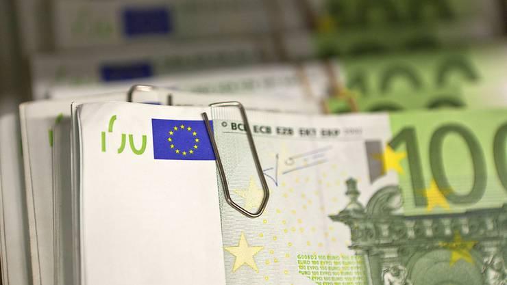 Ein Finder brachte ein mit 3000 Euro gefülltes Portemonnaie zur Polizei. (Symbolbild)