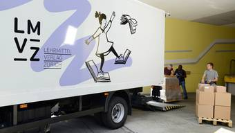 Logistiker beim Verladen von Schulmaterialien.