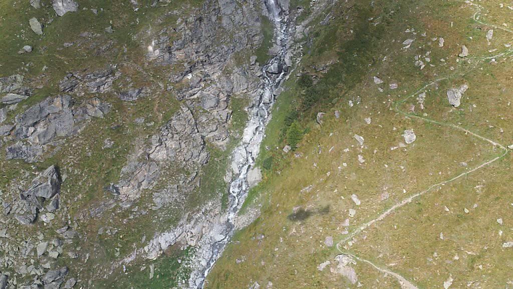 In diesem Bachbett in der Region von Bonatchiesse bei Fionnay VS fand ein Mann den toten Wingsuit-Piloten.