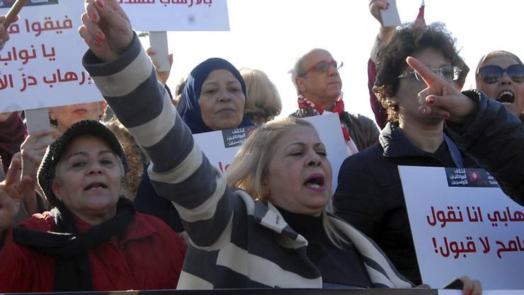 In Tunesien protestieren Bürgerinnen und Bürger vor dem Parlament gegen die Rückkehr von Landsleuten, die als Dschihadisten im Ausland waren.