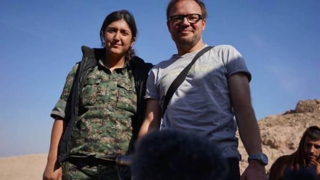 Unterwegs im Konfliktgebiet: Reporter Kurt Pelda mit einer kurdischen Kämpferin. Foto: Lawin Shuqri