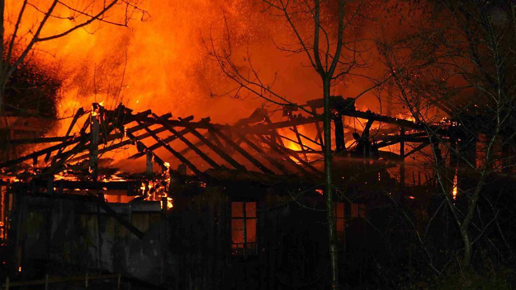 Meterhohe Flammen: Eine alte Sägerei in Welschenrohr SO ist in der Nacht auf Freitag vollständig zerstört worden.
