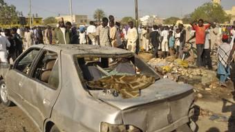 Menschen versammeln sich am Anschlagsort in Kano