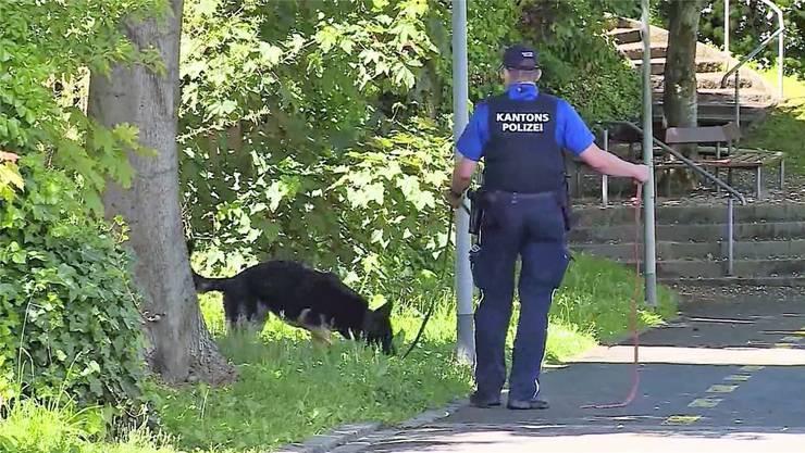 Am Rosengartenweg suchte die Polizei am Samstagnachmittag nach der Tatwaffe. In der Nacht zuvor war es zum blutigen Streit gekommen.