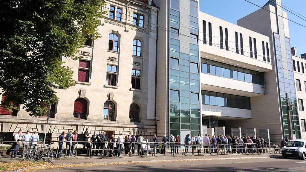 Prozessbeobachter und Journalisten stehen vor dem Landgericht Magdeburg. Hier beginnt der Prozess gegen den Attentäter von Halle. Foto: Sebastian Willnow/dpa-Zentralbild/dpa
