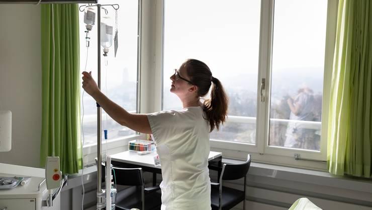 Mit der Volksinitiative «Für eine starke Pflege» fordert der Berufsverband eine Ausbildungsoffensive und eine Aufwertung des Berufs. (Symbolbild)