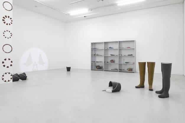 Delphine Reist, Grandes Bottes, Etagère, Seaux, 2017