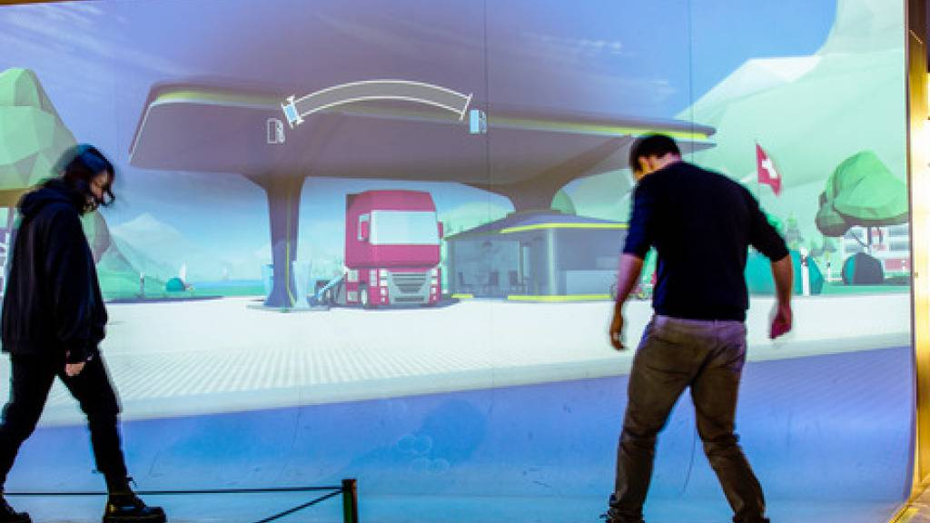 Bei einem interaktiven Spiel im Verkehrshaus können die Besucher selbst virtuell Wasserstoff herstellen und Fahrzeuge betanken.