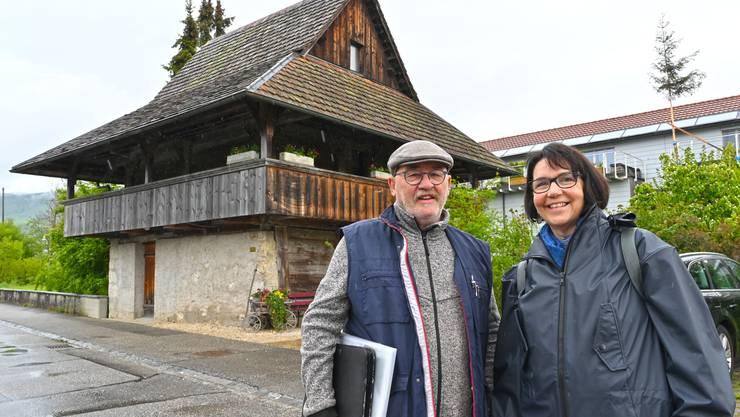 Dorfchronist Stephan Hänggi und Präsidentin Barbara Keller vor dem Alt Salzmanns-Spycher.