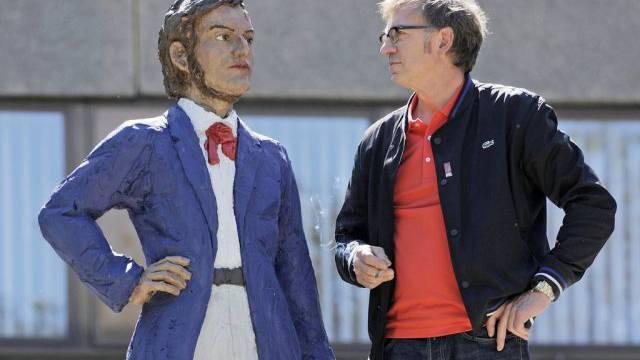 Künstler Stephan Balkenhol vor seiner Wagner-Statue
