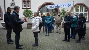 Die IG Rheinfelden-5G übergab 710 Unterschriften an Stadtammann Franco Mazzi (2. v. l.) und Stadtschreiber Roger Erdin (l.).