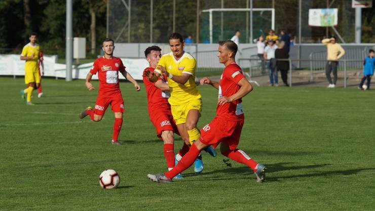 Dem Favoriten den Schneid abgekauft: Gemeinsam stoppen die Dietiker Lulzim Aliu und Adin Sljivar (rechts) Linth-Offensivspieler Nemanja Petrovic.