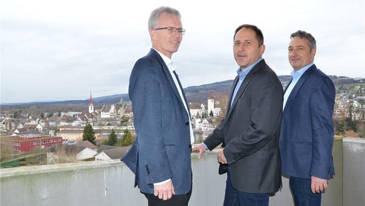 Peter Annen, Peter Thurnherr und Thomas Bopp (von links) posieren auf dem Balkon einer zukünftigen Mietwohnung. ian