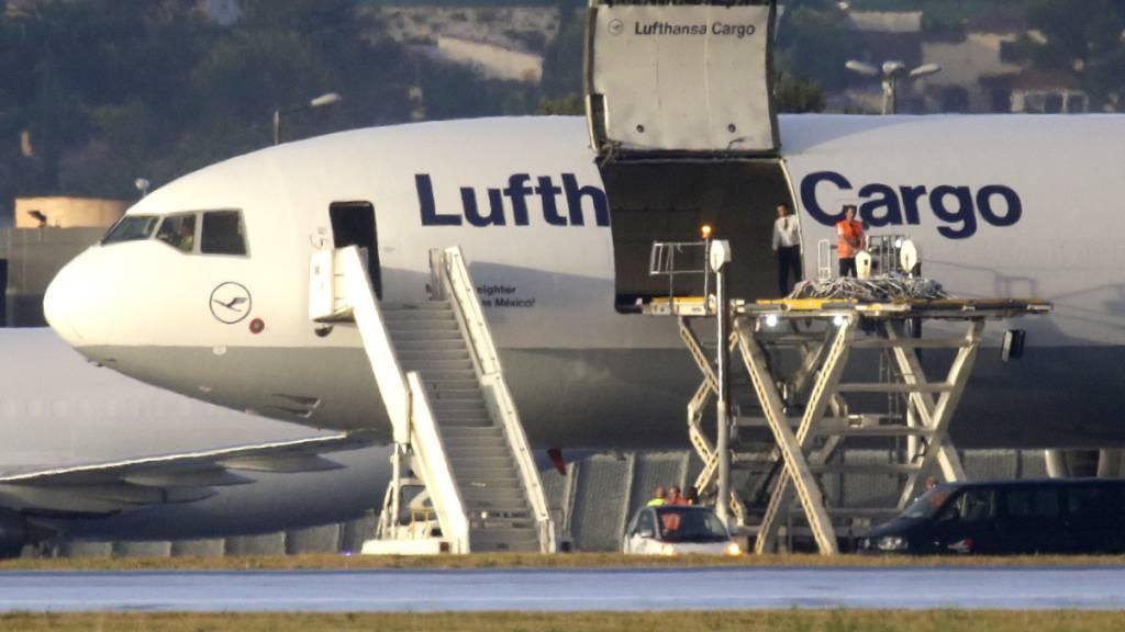 Ein Frachtflugzeug der Lufthansa hat 80 Tonnen Früchte und Gemüse nach Grossbritannien transportiert, weil wegen Grenzschliessungen in Frankreich tausende Lastwagen ihr Ziel nicht anfahren können. (Symbolbild)