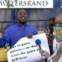 Teilnehmer einer Demonstration protestieren gegen eine Covid-19-Studie vor der Witwatersrand-Universität. In der Studie wird nach einem möglichen Impfstoff geforscht. Foto: Themba Hadebe/AP/dpa