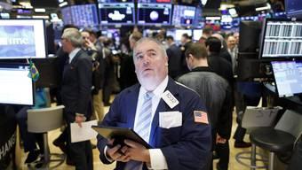 Ein Trader blickt auf den Kursverlauf des US-Index Dow Jones. (Bild: Justin Lane/EPA, New York, 12. März 2020)