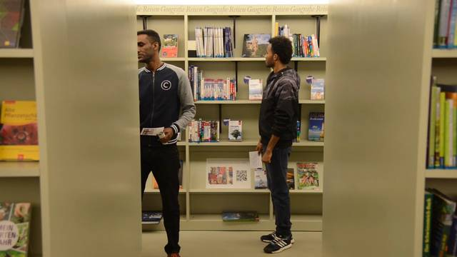 Wie funktioniert überhaupt eine Bibliothek? Asylsuchende auf Entdeckungstour.